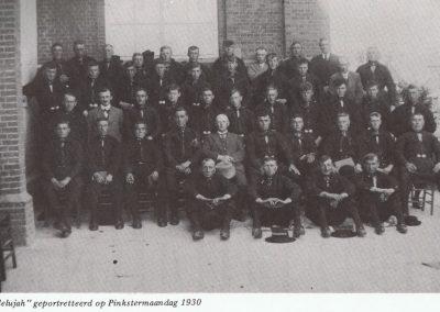 Eerste foto van het mannenkoor, gemaakt bij de achteringang van de Bethelkerk op Pinkstermaandag 1930.