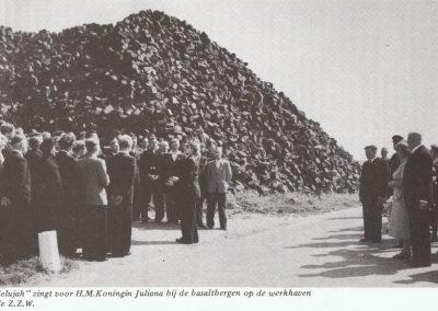 """""""Hallelujah"""" zingt op 13 juli 1951 voor Koningin Juliana op de toenmalige werkhaven van Zuiderzeewerken te Urk."""