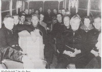 """Optreden voor een televisiedocumentaire van de EO in 1984. Dirigent is Wander Mulder. """"Hallelujah"""" in de bus (jaren 60)."""