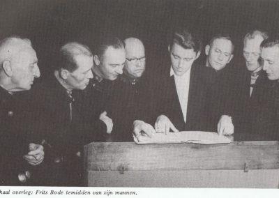 Muzikaal overleg: Frits Bode temidden van zijn mannen