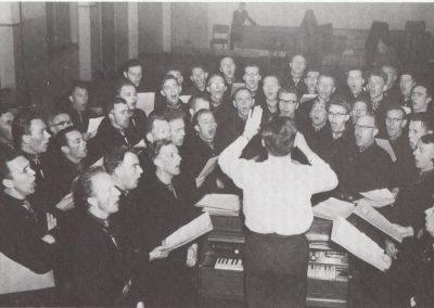 Foto tijdens de repetitie; de mannen zijn vanwege een reportage van een familieblad allemaal in klederdracht, wat toen (jaren 60) voor de meeste Urkers al niet meer de daagse kledij was.