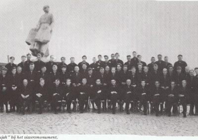 """""""Hallelujah"""" bij het Vissersmonument. Dirigent is Simon Pluister (middenvoor). Het koor zong op 11 mei 1968 bij de onthulling van het monument door Koningin Juliana."""
